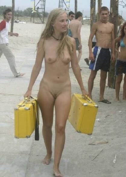 De jeunes baigneuses nues sur une plage naturiste